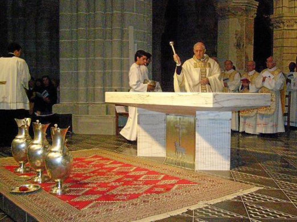 El obispo de Tarazona, Eusebio Hernández, bendice el altar mayor de la catedral.