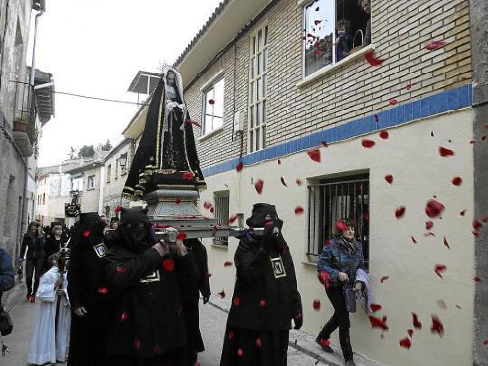 El paso de la Dolorosa recibió una lluvia de pétalos de flores de los vecinos de Alcalá de Gurrea.