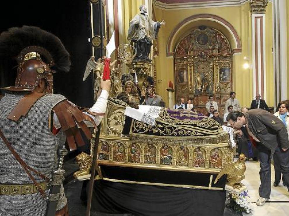 Miles de personas besaron los pies del Cristo de la Cama en la iglesia de San Cayetano, ayer.