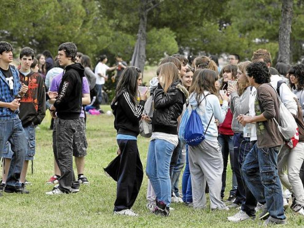 Decenas de jóvenes celebran un botellón a los pies del cerro