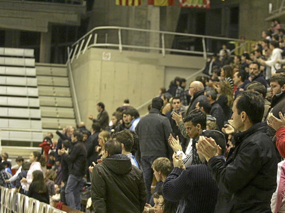 La grada del Palacio de los Deportes aplaude al Obearagón Huesca al final de un partido de esta temporada