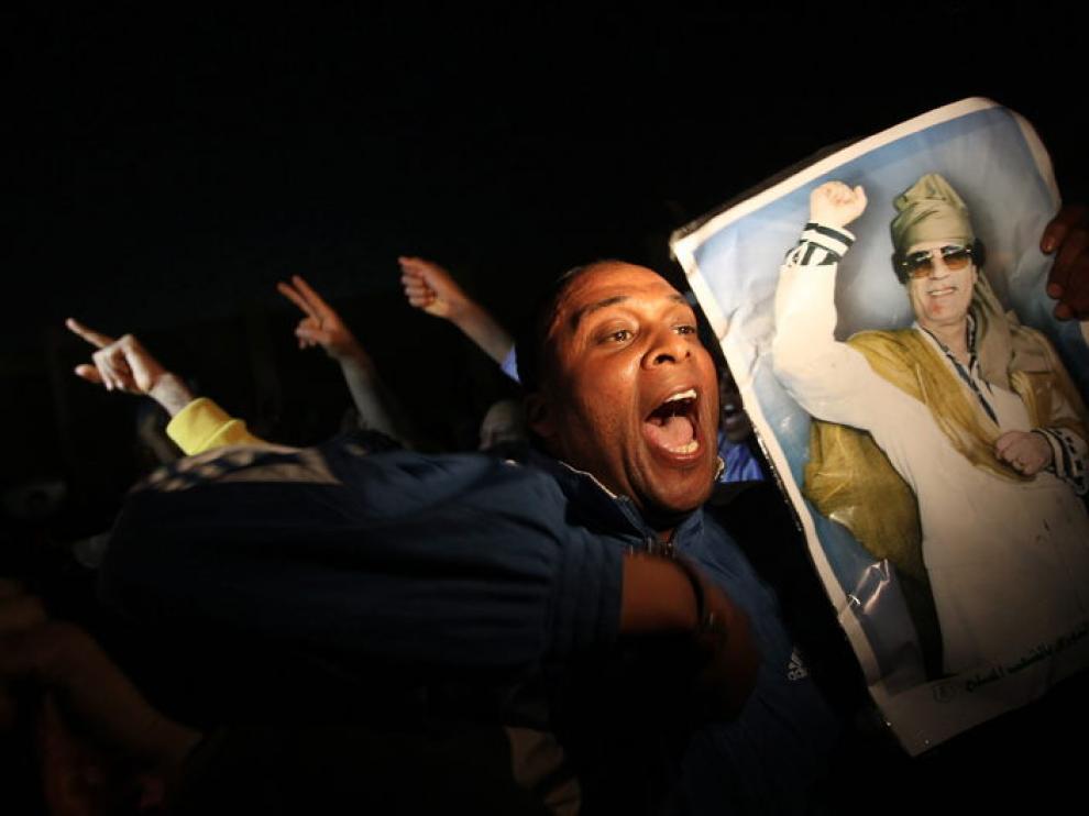 Leales a Muamar el Gadafi, esta madrugada tras el bombardeo de la OTAN.
