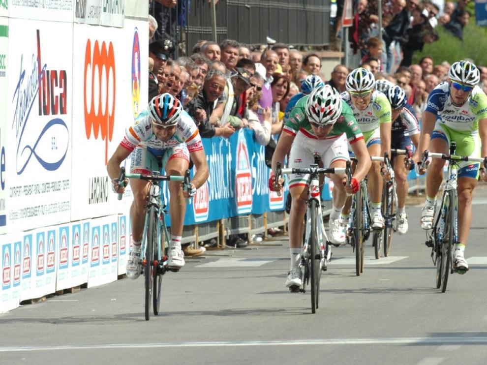 Ángel Vicioso, a la izquierda de la imagen, uno de los ciclistas formados en el CAI-C.C. Aragonés