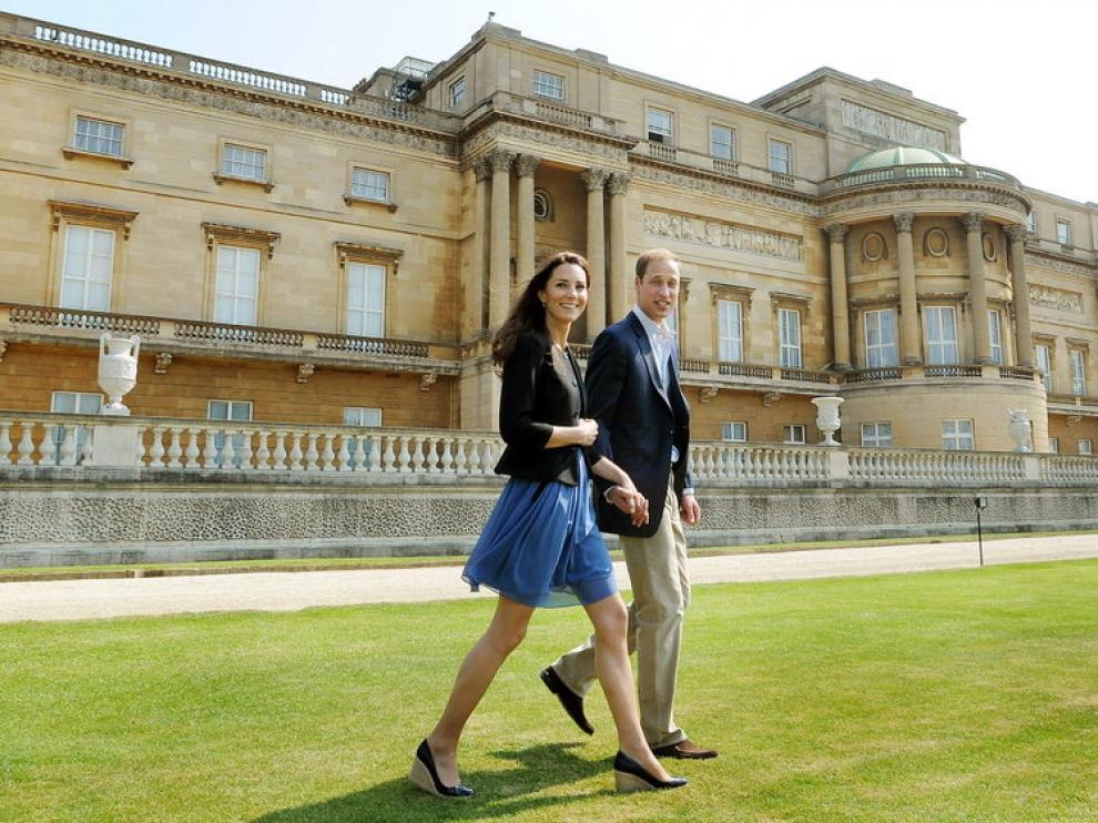 Los novios dejan Buckingham rumbo a su luna de miel secreta