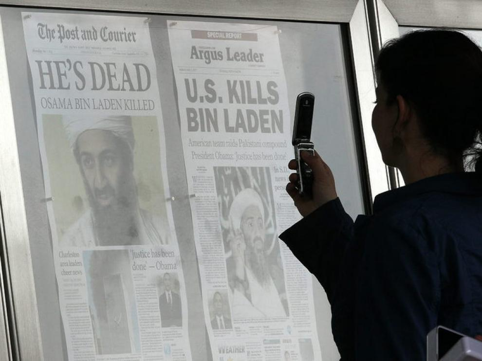 Una chica fotografía las portadas de los periódicos en Washington