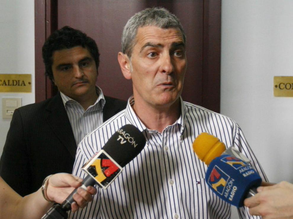 El alcalde de Mallén, Antonio Asín, habla ante los medios