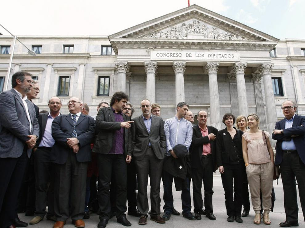 Los portavoces de Bildu Óskar Matute y Pello Urizar, junto a los diputados de ERC Joan Tardá y Joan Ridao, entre otros, durante la rueda de prensa que ofrecieron a las puertas del Congreso