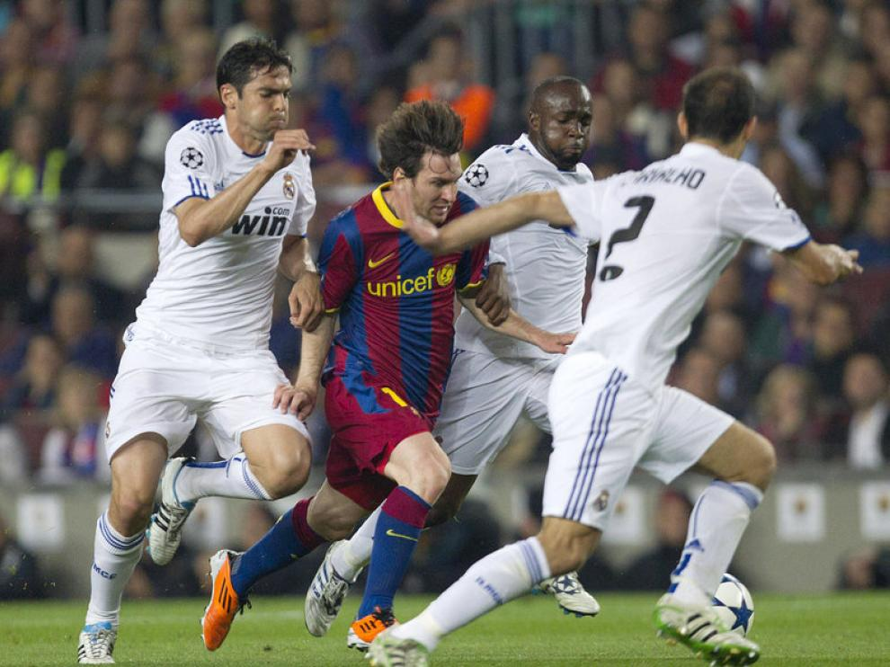 Messi se lleva el balón ante Kaka, Carvalho y Lass Diarra