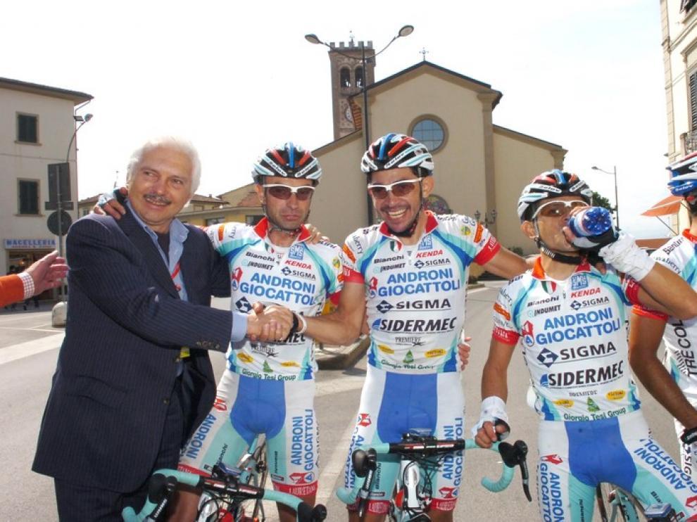 El ciclista aragonés con su director Gianni Savio a su derecha y José Serpa a la izquierda.