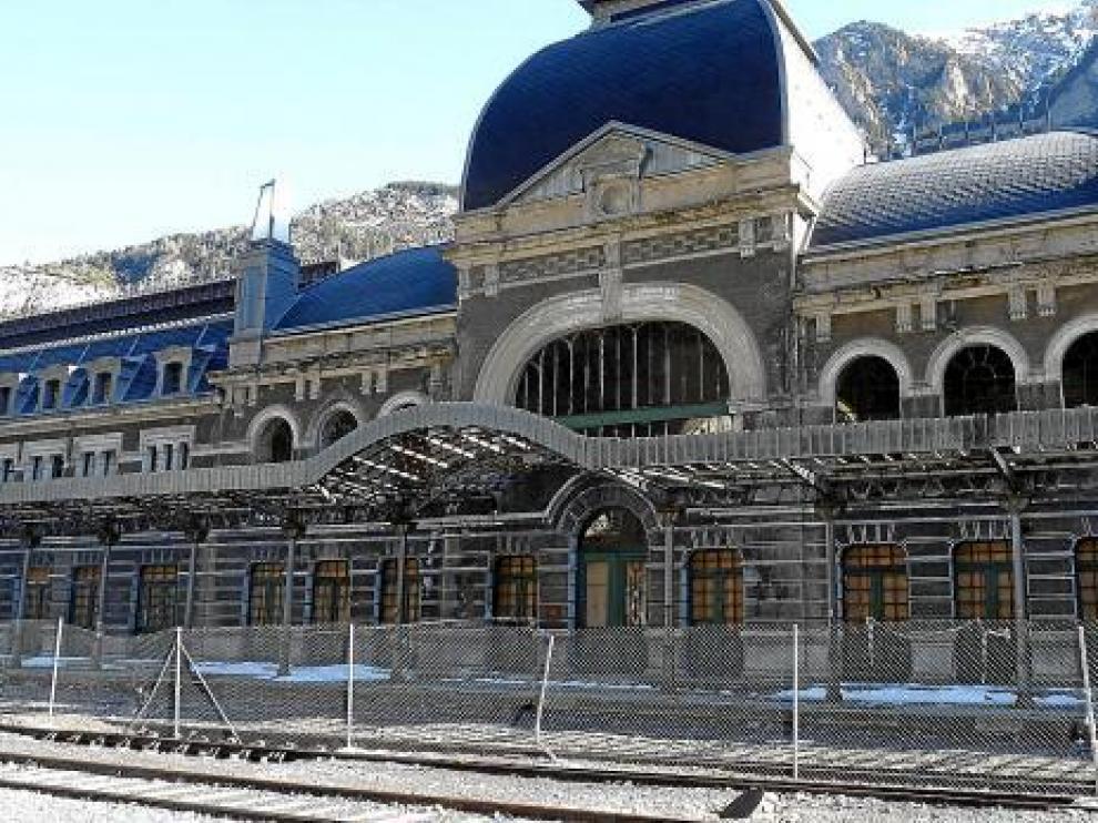 Exterior de la estación de Canfranc, vallada.