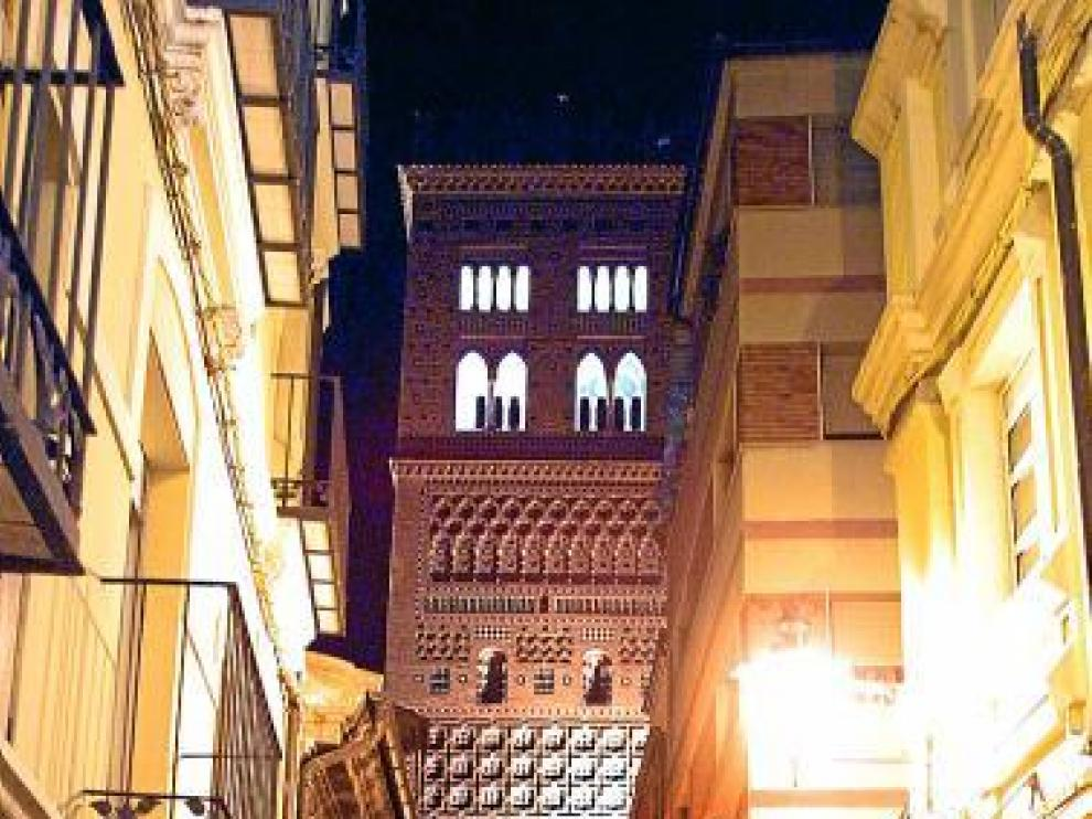 La torre mudéjar, con la iluminación nocturna, hace varios meses.