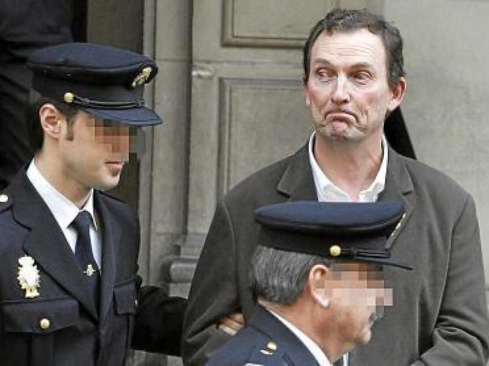 Santiago Mainar, a la salida del juicio en dirección a la cárcel.