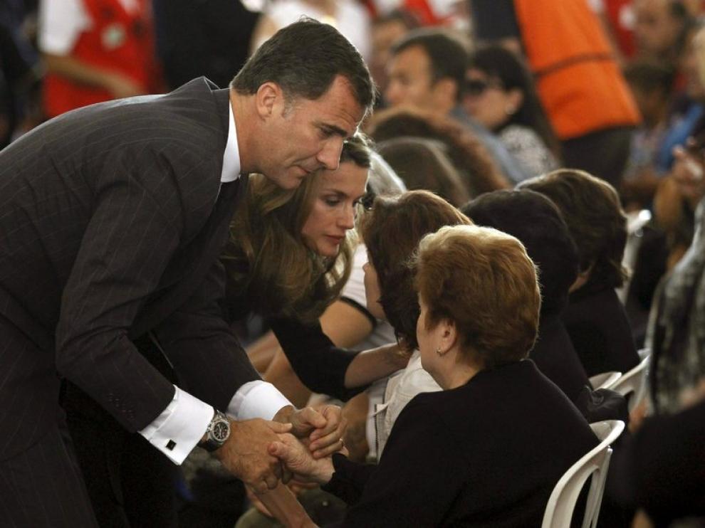 Los Príncipes de Astutias, Felipe y Letizia, muestran sus condolencias a las familias de las víctimas en Lorca.