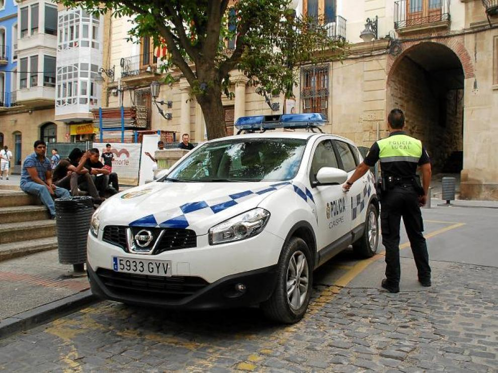 La Policía Local de Caspe (en la imagen) ha sido una de las últimas en incorporarse al sistema de retirada de puntos del carné.