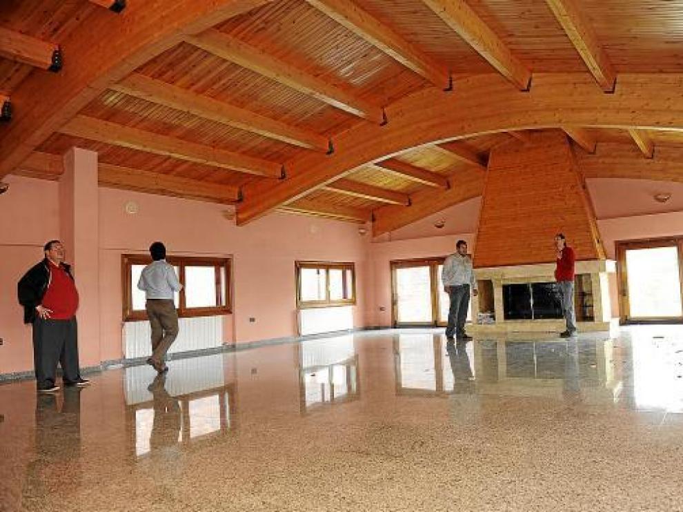 Espacioso. La segunda planta, dedicada a salón y gimnasio, tiene la techumbre cubierta de madera y una gran chimenea. Mide, en total, 170 metros cuadrados. Las ventanas son abatibles.