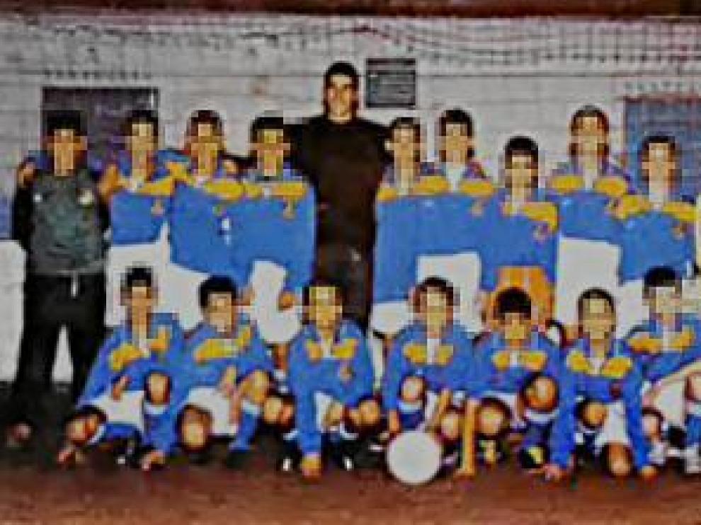Una década vinculado al fútbol base. Cristian P. G. aparece en esta fotografía (el primero por la derecha) junto a Cani y chavales del Vadorrey.