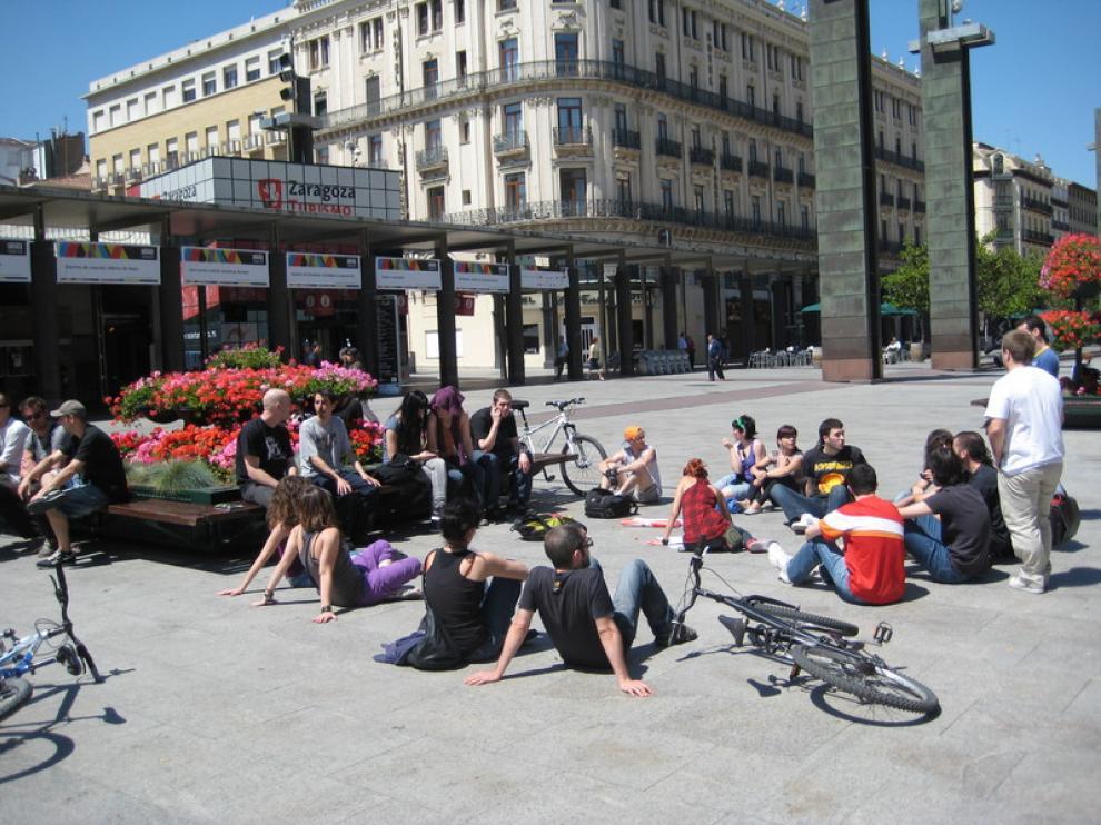 Los primeros en llegar a la concentración, este mediodía en la plaza del Pilar