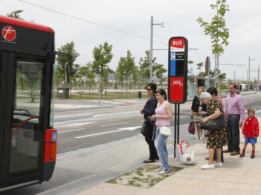 Usuarios esperando el autobús