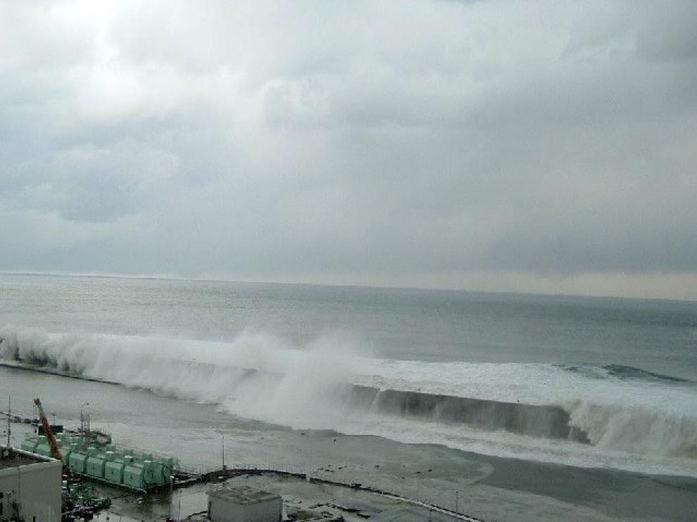 Imagen de la ola gigante llegando a la central de Fukushima