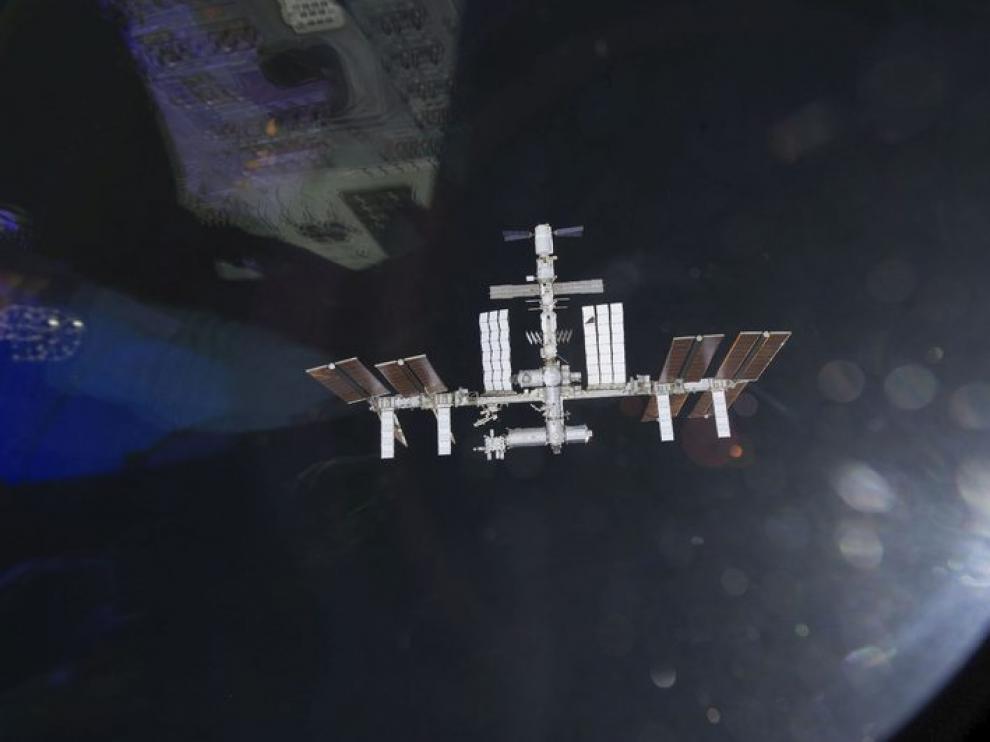 La Estación Espacial, con la Tierra al fondo.