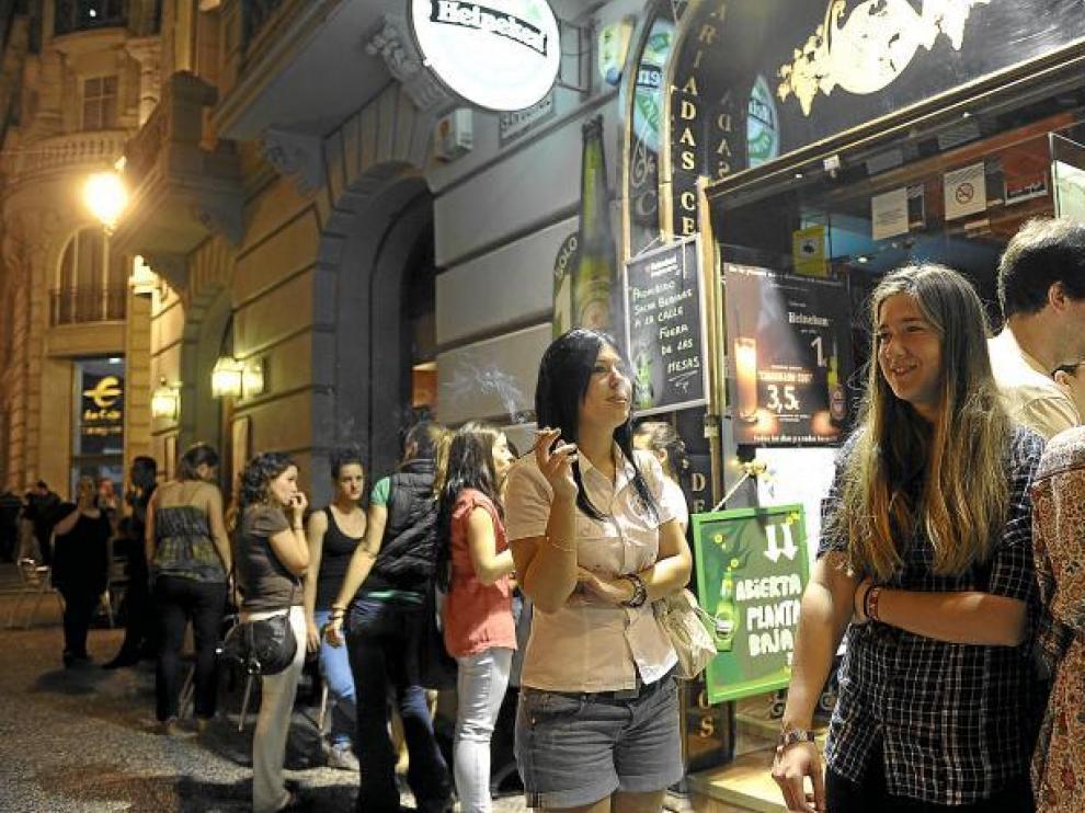 Desde la entrada en vigor de la ley, la gente se aglutina a fumar en el entorno de los establecimientos.