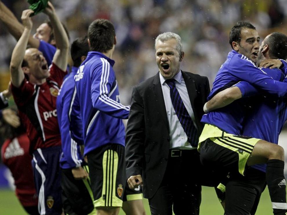 Javier Aguirre celebra con sus jugadores la victoria y la permanencia