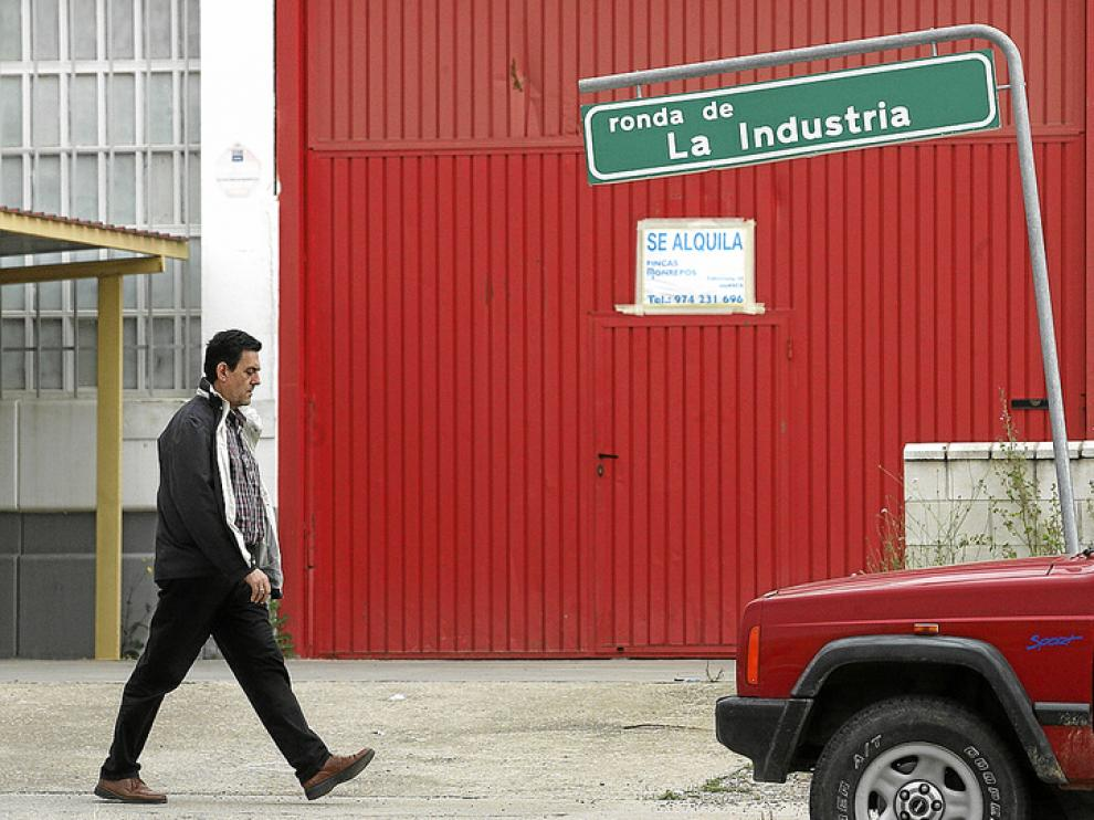 En la Ronda de la Industria en Huesca hay muchas naves cerradas en venta o en alquiler