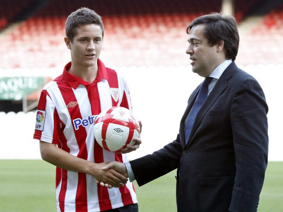 El presidente del Athletic, García Macua, ejerce de cicerone del nuevo jugador 'zurrigorri'