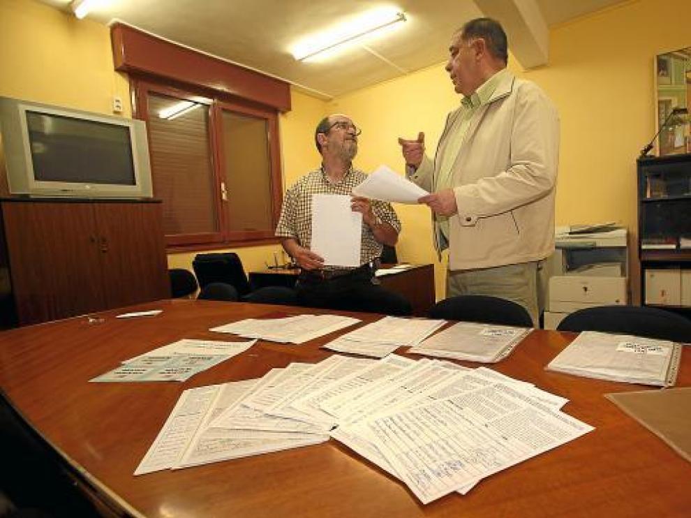 Miembros de la Federación de Vecinos, en la sede, con una parte de las firmas recogidas .