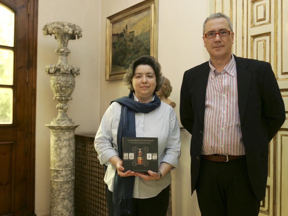 Mar Rey y Miguel López posan con el libro sobre Lastanosa, que han coordinado,en el IEA.