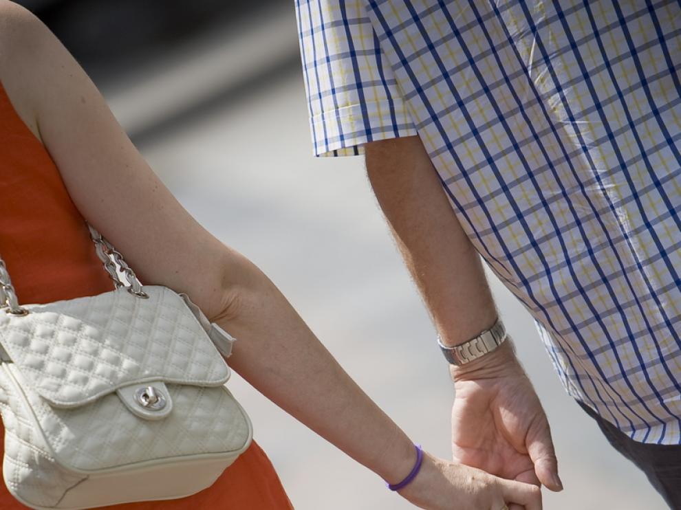 Una pareja de la mano