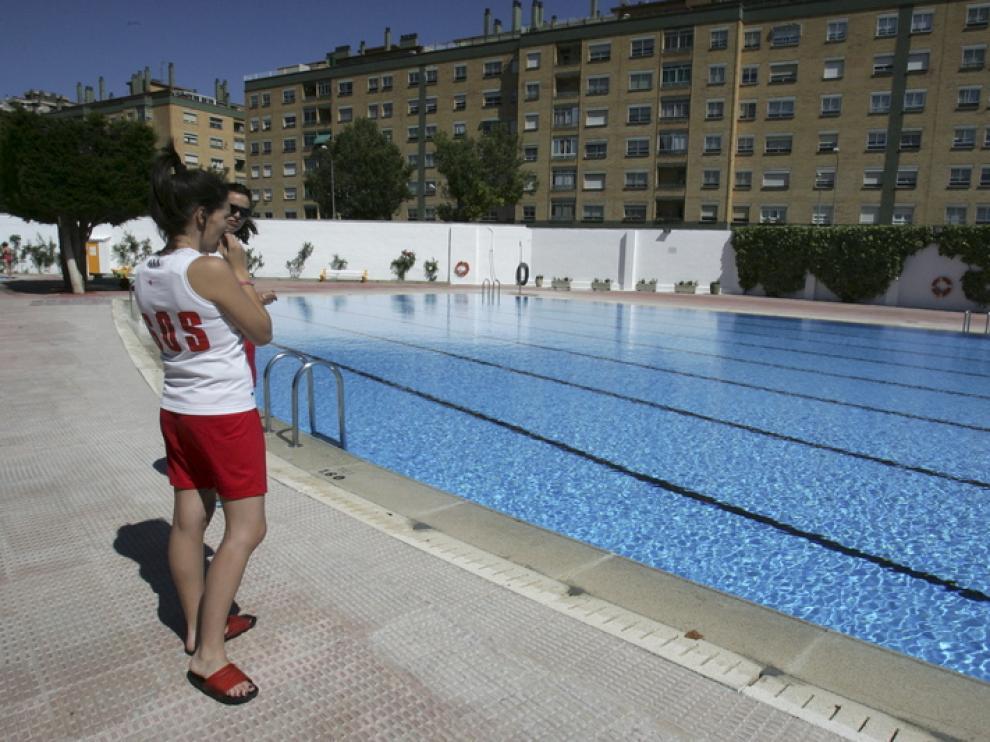 Dos socorristas junto a la piscina grande de San Jorge.