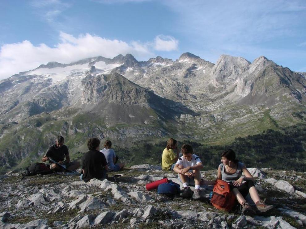 Varios senderistas en el Pirineo.
