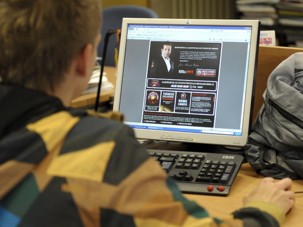 Recreación de una escena repetida en algunos hogares: un joven consulta una página de póker 'online'.
