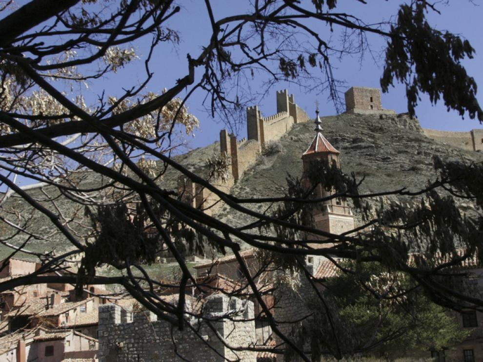 Vista de la muralla de Albarracín desde la zona de la vega.