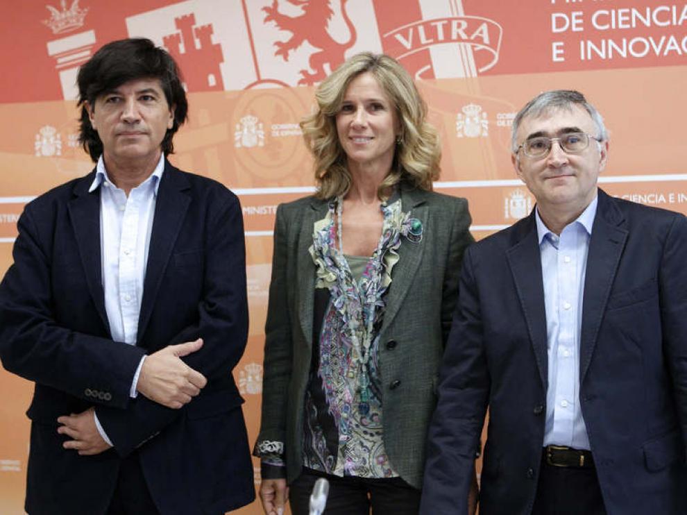 La ministra de Ciencia e Innovación, Cristina Garmendia, junto a Carlos López-Otín (i) y Elías Campo (d)