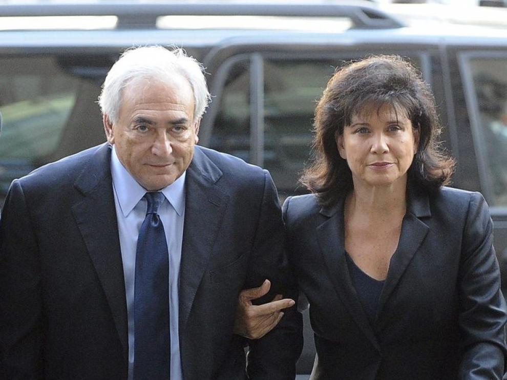 Strauss-Kahn en una llegada con su mujer al tribunal de Nueva York.
