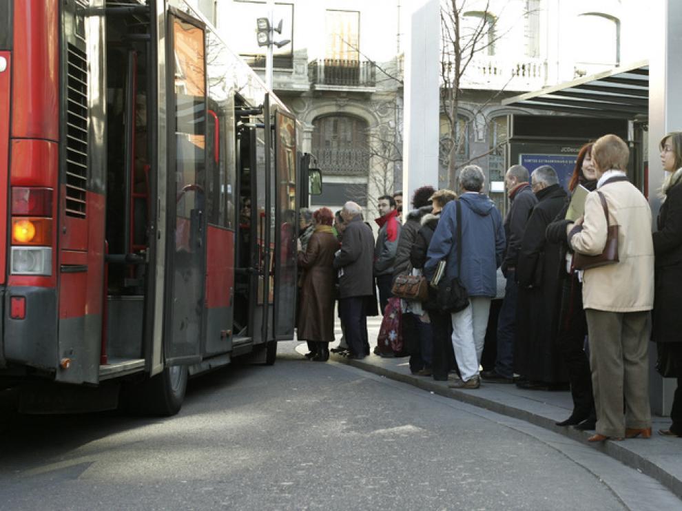Imagen de viajeros esperando en una parada de autobús de Zaragoza.