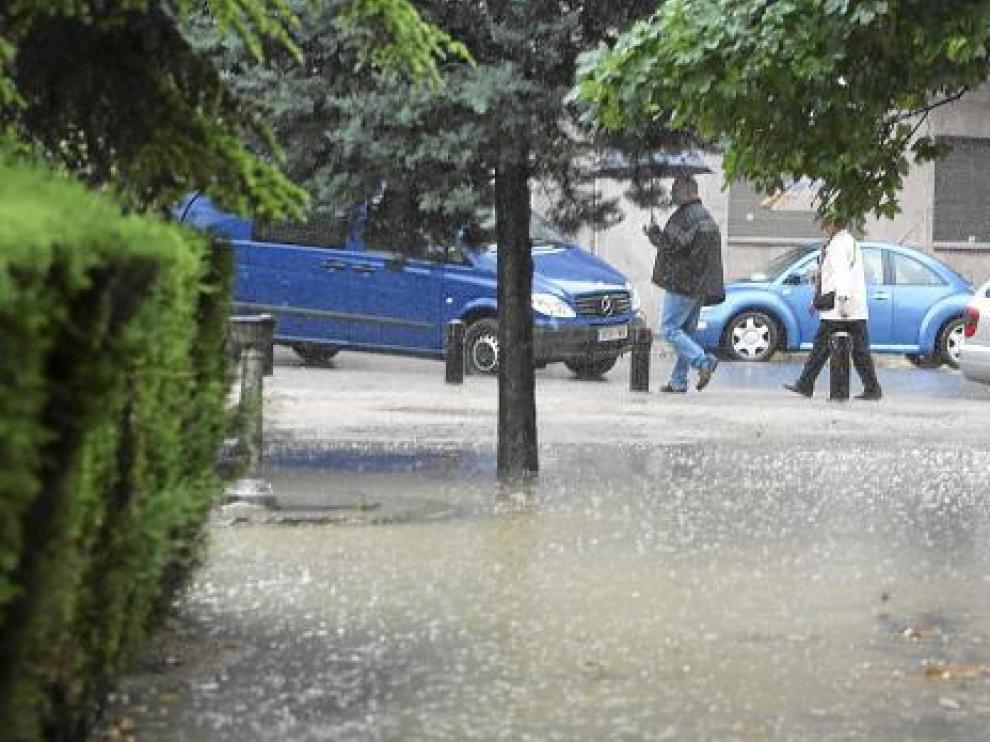 El agua anegó las entradas al parque Miguel Servet de Huesca, aunque por la tarde ya lució el sol.