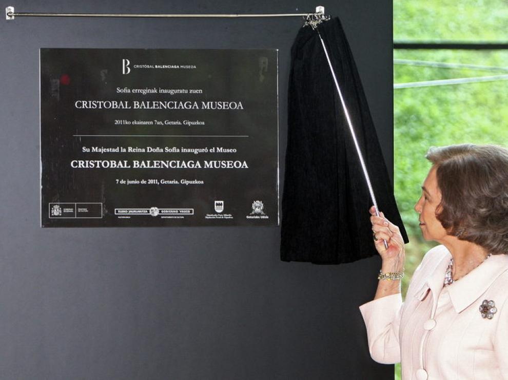 La reina Sofía descubre la placa del nuevo Museo Balenciaga