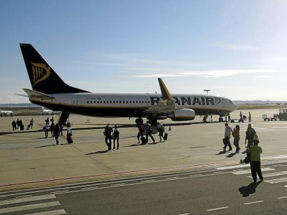 Un avión de Ryanair, estacionado en el aeropuerto de Zaragoza.