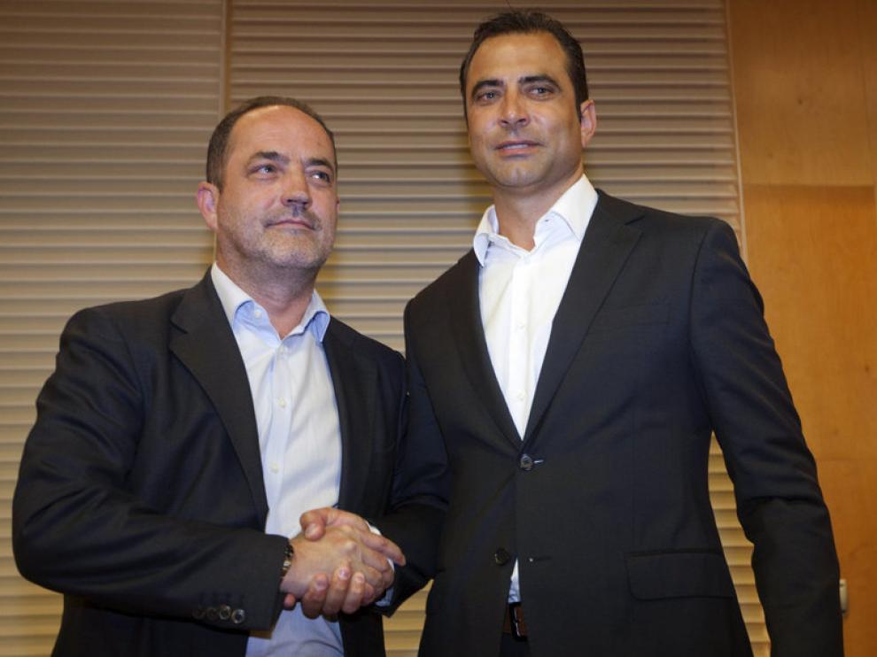 El ex futbolista argentino Juan Eduardo Esnáider (d) saluda al presidente del Real Zaragoza, Agapito Iglesias