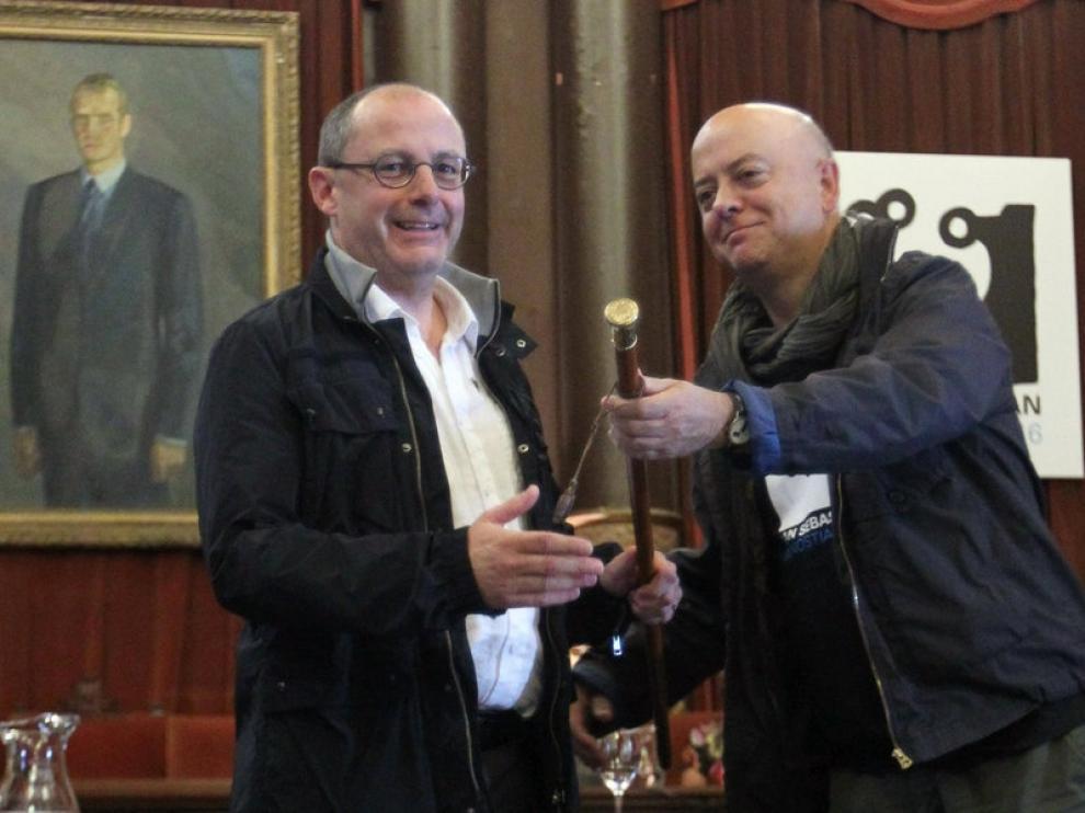 Momento en que Juan Karlos Izagirre recibía el bastón de alcalde de San Sebastián