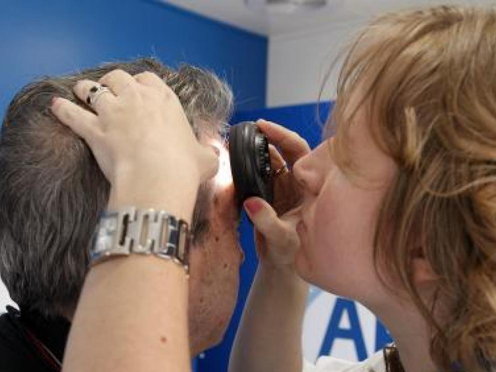 Imagen de archivo de una revisión realizada a un paciente por la Asociación de Dermatología.