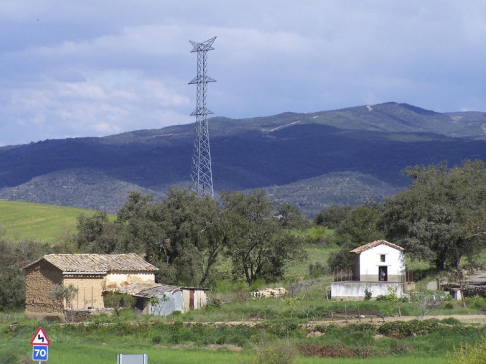 La línea utilizará las pilonas de la antigua Aragón-Cazaril colocadas junto a Pueyo de Marguillén.