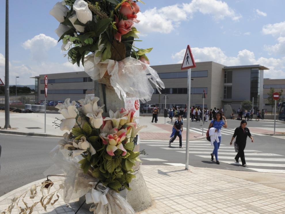Un ramo de flores, colocado junto al instituto, en recuerdo de los dos trabajadores fallecidos.