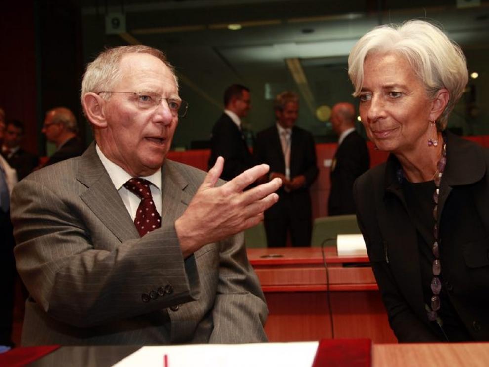 El ministro de economía alemán, Wolfgang Schaeuble habla con la ministra de economía francesa, Christine Lagarde.