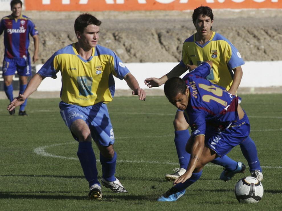 Sorribas, acosado por dos jugadores del Almudévar en el amistoso que jugaron los dos equipos en el año 2009.