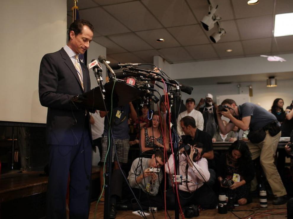 Anthone Weinar en una rueda de prensa.