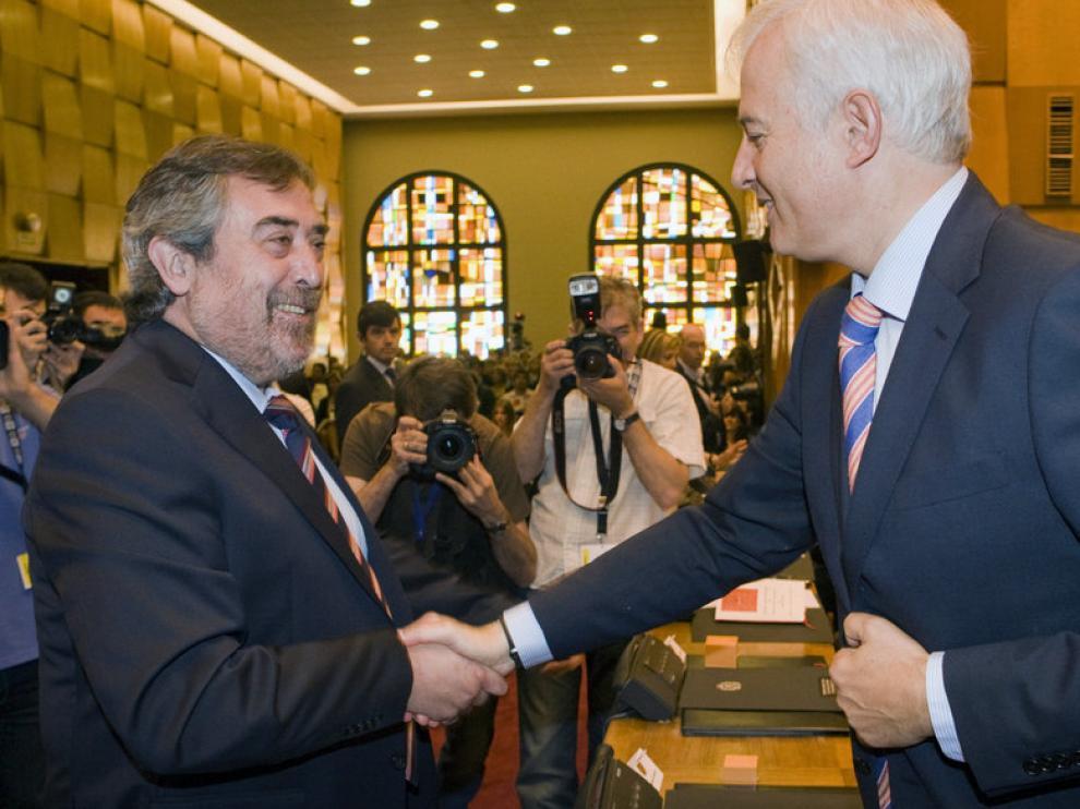 El alcalde de Zaragoza, Juan Alberto Belloch (i), saluda al concejal Eloy Suárez